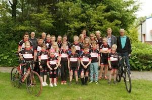 Een groot deel van de jeugd met een aantal sponsors op de foto met de nieuwe fietskleding.